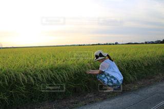 草の上に座っている男にフィールドが覆われています。の写真・画像素材[1396822]
