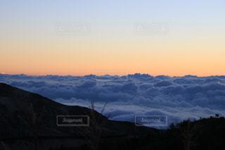 雪に覆われた山の写真・画像素材[1403895]