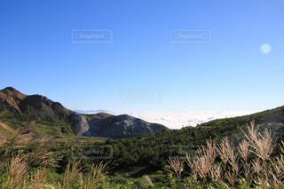 背景の大きな山の写真・画像素材[1403940]