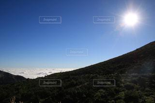 背景の山と木の写真・画像素材[1403943]