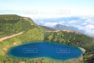 観水と背景の山の写真・画像素材[1403955]
