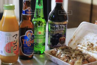 テーブルの上のビール瓶の写真・画像素材[1410986]