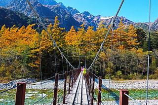 背景の山の橋の写真・画像素材[1415535]