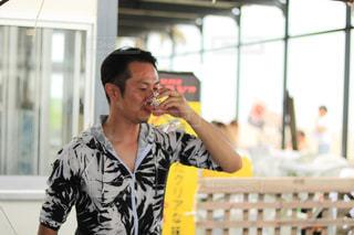 黄色のシャツの人の写真・画像素材[1426069]