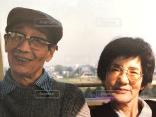 メガネをかけて、カメラで笑顔の男の写真・画像素材[1471356]