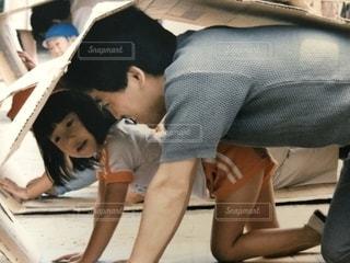 ベッドの上に座っている人々 のグループの写真・画像素材[1506357]