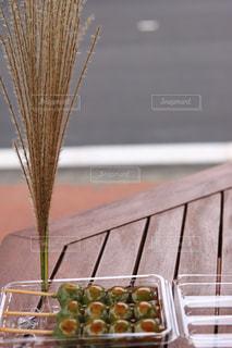 木製のテーブルの上に食べ物の写真・画像素材[1528942]