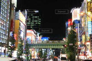 混雑した街の通りは夜のトラフィックでいっぱいの写真・画像素材[1538155]