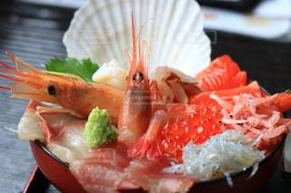 テーブルの上に食べ物のプレートの写真・画像素材[1540870]