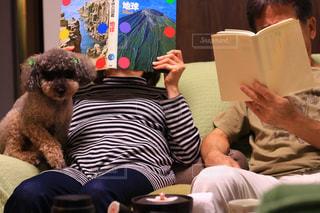 コーヒーのカップをテーブルに座っている人々 のグループの写真・画像素材[1545821]