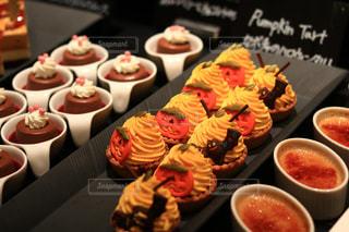 テーブルの上に食べ物のトレイの写真・画像素材[1562010]