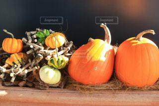 木製テーブルの上に座っている果物のグループの写真・画像素材[1562069]