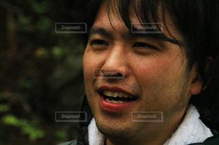 クローズ アップ カメラの笑みを浮かべて男のの写真・画像素材[1589220]