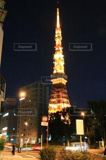 夜の東京タワーの真ん中に時計塔の写真・画像素材[1624452]