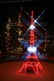近くに信号機のアップは夜ライトアップの写真・画像素材[1625861]