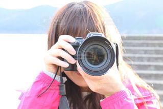 カメラを持っている人の写真・画像素材[1634683]