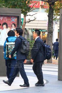 歩道上に立って人々 のグループの写真・画像素材[1645277]