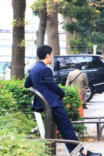 公園のベンチに座っている人の写真・画像素材[1645281]