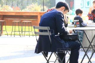 ベンチに座って女と男の写真・画像素材[1645283]