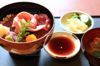 テーブルの上に食べ物のボウルの写真・画像素材[1652776]