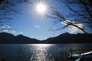 ボートで湖の水の体の横にの写真・画像素材[1685205]