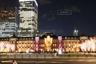 夜のライトアップされた街の写真・画像素材[1693884]