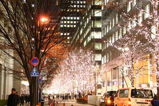 街の通りは夜のトラフィックでいっぱいの写真・画像素材[1693896]