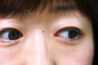 近くに人の目のアップの写真・画像素材[1762525]