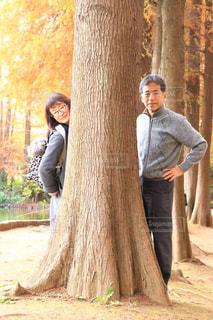 木の隣に立っている人の写真・画像素材[1783481]
