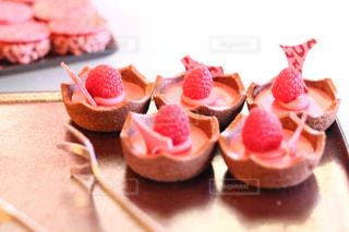 近くに皿の上のケーキのアップの写真・画像素材[1790864]