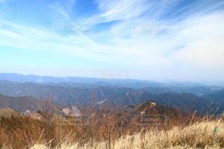 背景の大きな山のビューの写真・画像素材[1820635]
