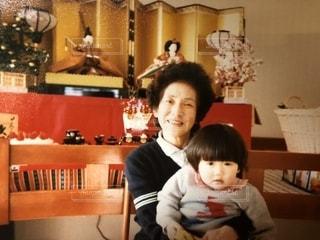 テーブルに座っている若い男の子の写真・画像素材[2435198]