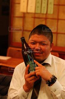 男性,お酒,人物,ボトル,グラス,乾杯,ドリンク,アルコール,友人