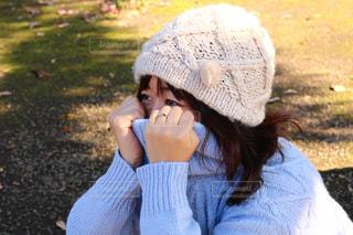 携帯電話で話している帽子をかぶった女性の写真・画像素材[2691538]