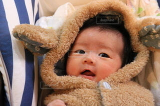 テディベアを持つ赤ちゃんのクローズアップの写真・画像素材[3868150]