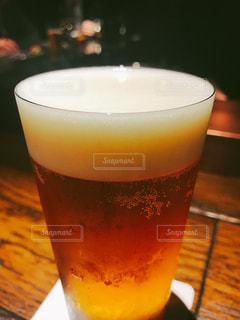 コーヒーやビール、テーブルの上のガラスのカップの写真・画像素材[1211154]