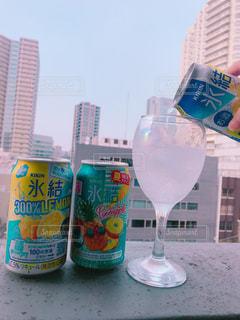 ボトルとテーブルの上のビールのグラスの写真・画像素材[1307728]