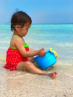 海とバケツと私。愛するあなたのため水を汲むわ。の写真・画像素材[1396613]