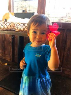 花を髪につけた女の子を竹富島で見つけたよの写真・画像素材[1398546]