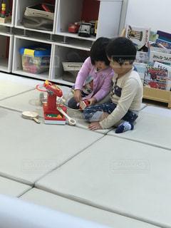テーブルに座っている小さな子供の写真・画像素材[816337]