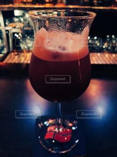 近くのテーブルにビールのグラスを - No.938378