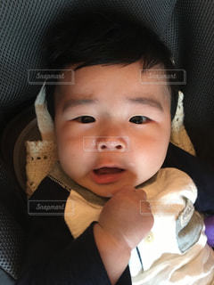 近くに赤ちゃんのアップの写真・画像素材[952852]