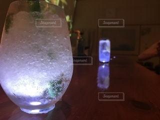 テーブルの上のグラスの写真・画像素材[1427440]
