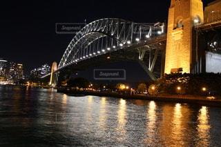 水域に架かるシドニーハーバーブリッジの写真・画像素材[2722848]
