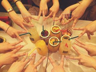 お酒,青春,飲み会,友達,ハンドサイン,ジェスチャー