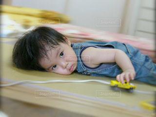 テーブルに座っている小さな子供 - No.723407