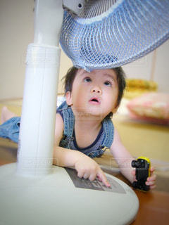 女の子の赤ん坊を保持の写真・画像素材[723501]
