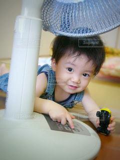 テーブルに座っている小さな子供 - No.723610