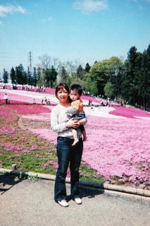 男と女が庭に立っての写真・画像素材[729349]