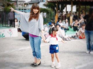 通りを歩きながら小さな女の子の写真・画像素材[732486]
